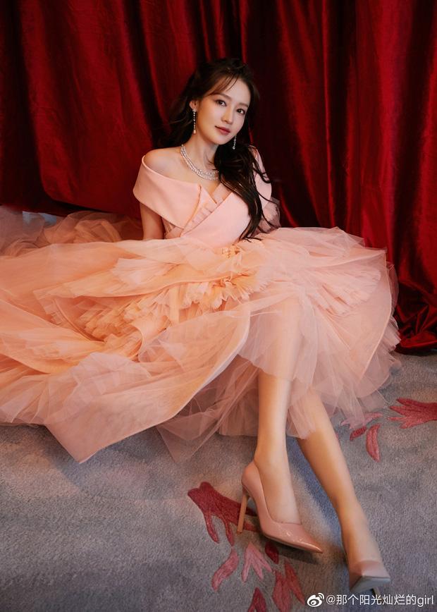Dàn sao khủng đổ bộ thảm hồng COSMO: Công chúa Dương Mịch so kè nhan sắc bên Đường Yên, học trò Lisa chặt chém ác liệt - Ảnh 9.