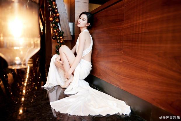Dàn sao khủng đổ bộ thảm hồng COSMO: Công chúa Dương Mịch so kè nhan sắc bên Đường Yên, học trò Lisa chặt chém ác liệt - Ảnh 19.
