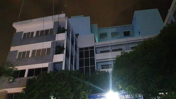 Nam thanh niên rơi từ tầng 6 xuống sân trường Đại học Ngoại Ngữ - Tin Học, tử vong thương tâm - Ảnh 3.