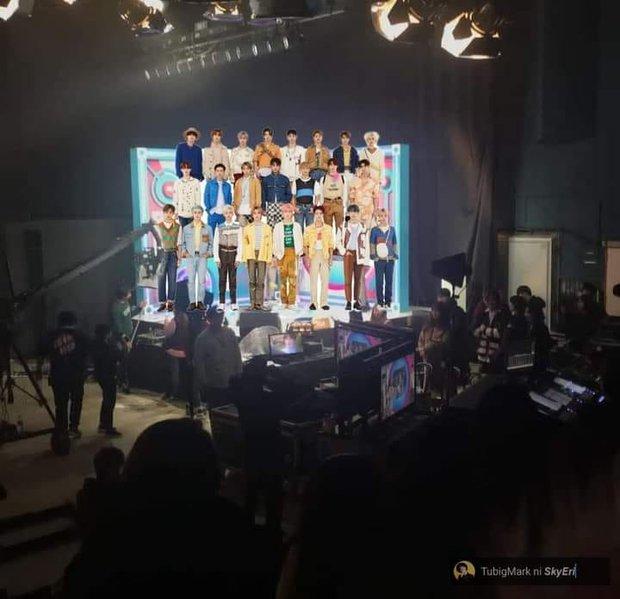 Vnet bàng hoàng trước hậu trường siêu giả trân của Inkigayo, tranh thủ cà khịa: Mấy nhóm đông dân chắc ngồi lên đầu nhau quá! - Ảnh 6.