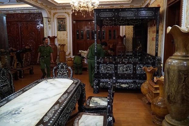 Cận cảnh khám xét, bắt giữ cha con chủ căn biệt thự dát vàng ở Bà Rịa- Vũng Tàu - Ảnh 8.