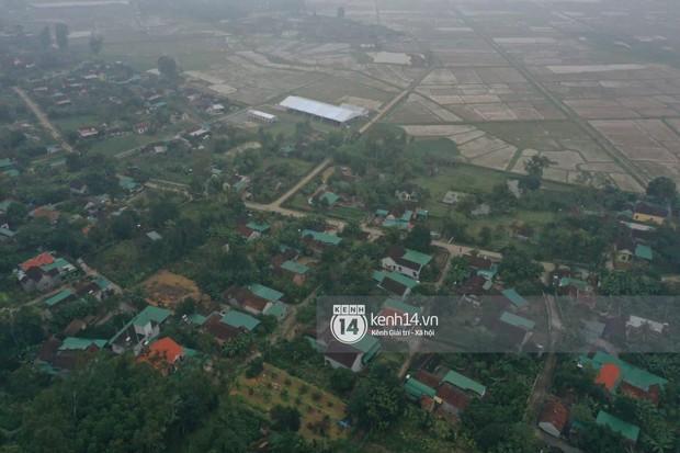 Hé lộ không gian cưới rộng 500m2 của Công Phượng tại Nghệ An: Chú rể đội mũ cối đi kiểm tra, rạp được trang trí lãng mạn giữa sân bóng - Ảnh 14.