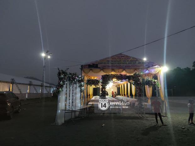 Tiệc đãi khách trước đám cưới Công Phượng ở Nghệ An: Chú rể rạng rỡ liên hoan cùng gia đình, khách đông như trẩy hội, hé lộ lễ đường cho hôn lễ ngày mai! - Ảnh 6.