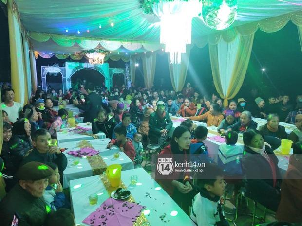 Tiệc đãi khách trước đám cưới Công Phượng ở Nghệ An: Chú rể rạng rỡ liên hoan cùng gia đình, khách đông như trẩy hội, hé lộ lễ đường cho hôn lễ ngày mai! - Ảnh 7.