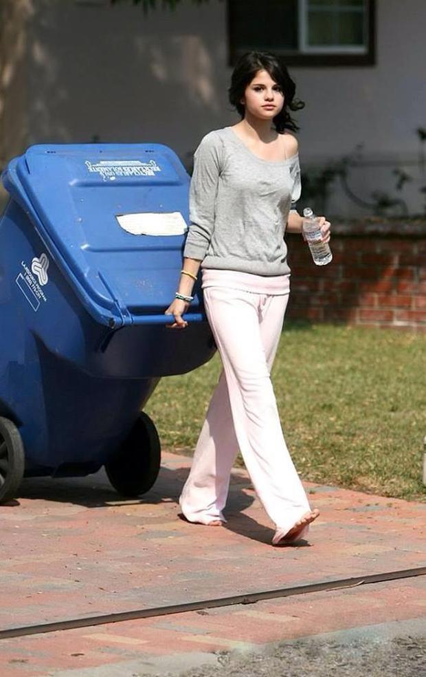 Bức ảnh huyền thoại của Selena Gomez: Đi chân đất, mặc áo ngủ lệch vai, đi đổ rác thôi vẫn xinh ngút ngàn - Ảnh 3.