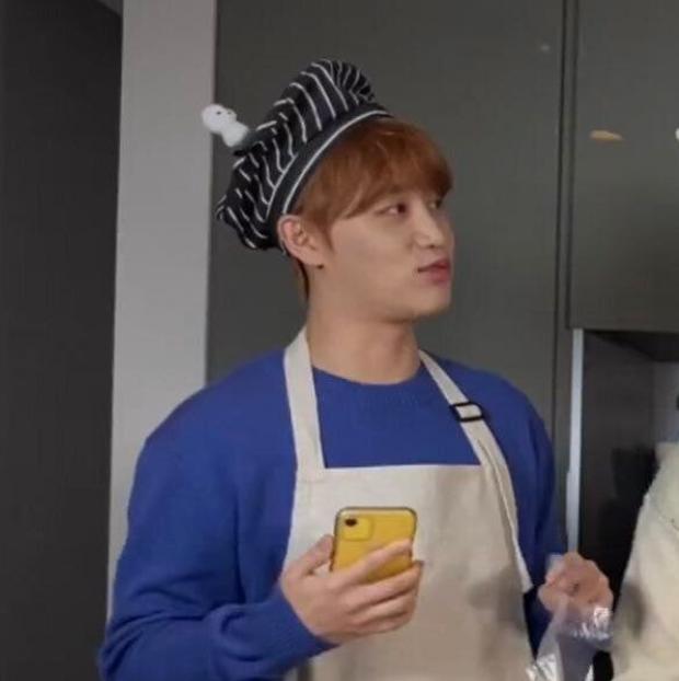 Nhóm nhạc Hàn - NCT khiến fan ngớ người với sở thích dùng điện thoại kì lạ - Ảnh 4.