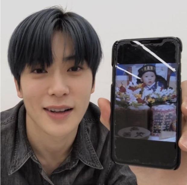 Nhóm nhạc Hàn - NCT khiến fan ngớ người với sở thích dùng điện thoại kì lạ - Ảnh 1.