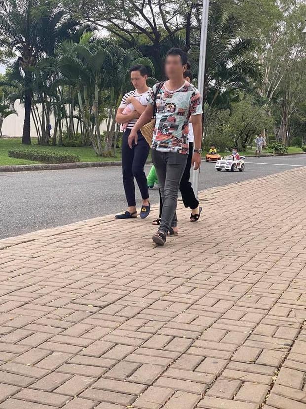 """""""Team qua đường"""" bắt gặp gia đình Hà Hồ - Kim Lý đi chơi: Bố mẹ chia nhau bế cặp sinh đôi, ngồi bệt ở vỉa hè chờ Subeo - Ảnh 3."""