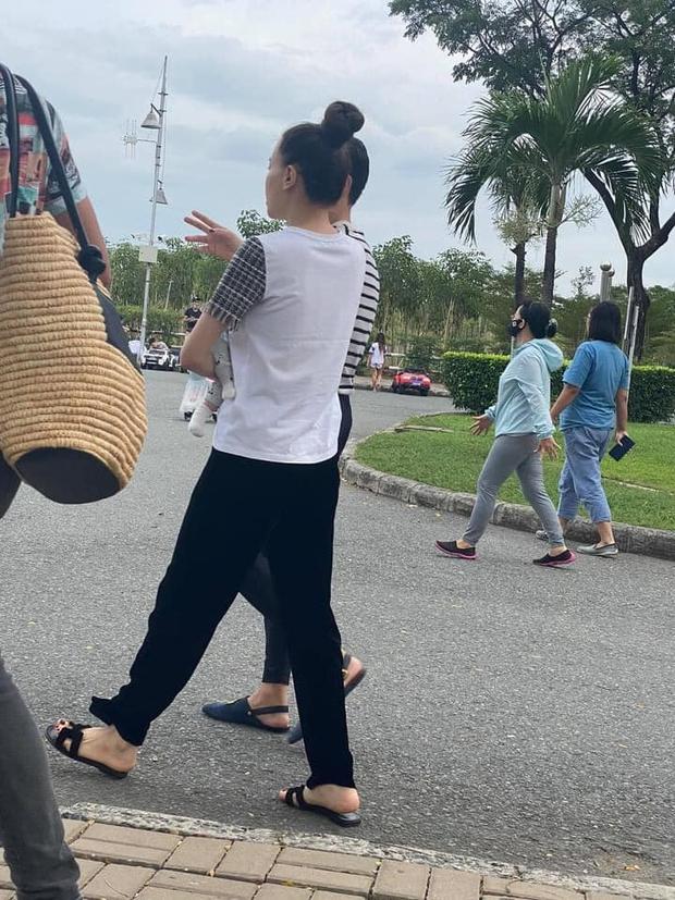 """""""Team qua đường"""" bắt gặp gia đình Hà Hồ - Kim Lý đi chơi: Bố mẹ chia nhau bế cặp sinh đôi, ngồi bệt ở vỉa hè chờ Subeo - Ảnh 2."""