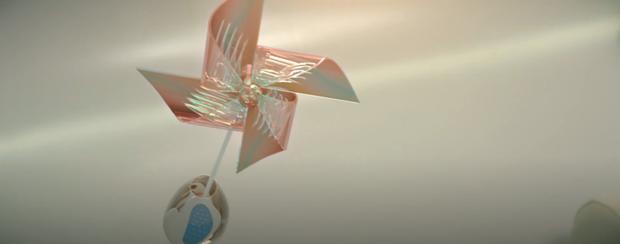 Lý giải đoạn kết khó hiểu trong MV của Sơn Tùng M-TP, hình ảnh chong chóng và nhiều biển hiệu có tên đáng ngờ mang ý nghĩa gì đây? - Ảnh 9.