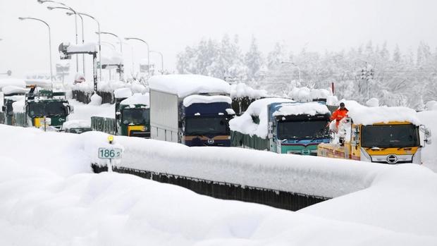 Tuyết rơi dày tới hơn 2m tại nhiều địa phương ở Nhật Bản - Ảnh 1.