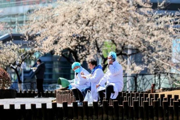 Loạt ảnh Trung Quốc năm 2020: Khủng hoảng và đau thương vì COVID-19, các di tích hàng trăm năm tuổi lần lượt bị nuốt chửng khi mẹ thiên nhiên nổi giận - Ảnh 13.