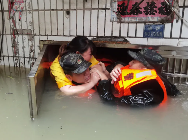 Loạt ảnh Trung Quốc năm 2020: Khủng hoảng và đau thương vì COVID-19, các di tích hàng trăm năm tuổi lần lượt bị nuốt chửng khi mẹ thiên nhiên nổi giận - Ảnh 17.