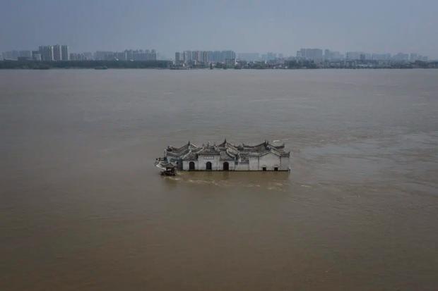 Loạt ảnh Trung Quốc năm 2020: Khủng hoảng và đau thương vì COVID-19, các di tích hàng trăm năm tuổi lần lượt bị nuốt chửng khi mẹ thiên nhiên nổi giận - Ảnh 25.
