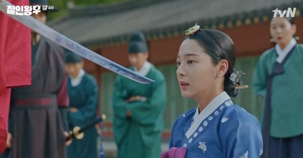 Được Kim Jung Hyun đè ngửa hôn truyền trà, Shin Hye Sun lại vội móc họng đòi nôn ở Mr. Queen tập 4 - Ảnh 5.