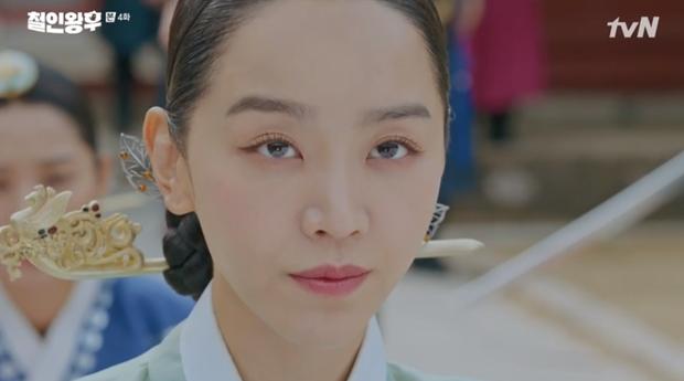 Được Kim Jung Hyun đè ngửa hôn truyền trà, Shin Hye Sun lại vội móc họng đòi nôn ở Mr. Queen tập 4 - Ảnh 8.