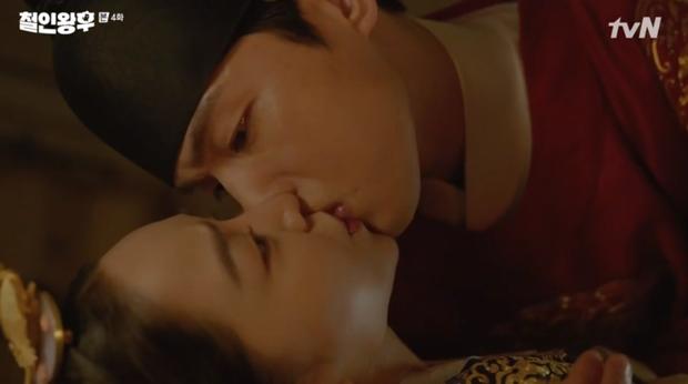 Được Kim Jung Hyun đè ngửa hôn truyền trà, Shin Hye Sun lại vội móc họng đòi nôn ở Mr. Queen tập 4 - Ảnh 2.