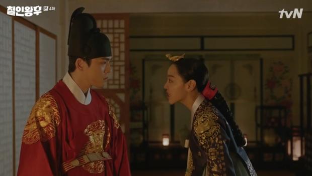 Được Kim Jung Hyun đè ngửa hôn truyền trà, Shin Hye Sun lại vội móc họng đòi nôn ở Mr. Queen tập 4 - Ảnh 3.