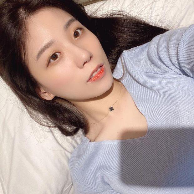 Siêu xạ thủ Bang để lộ hình đôi trên ốp điện thoại, cộng đồng mạng dễ dàng điểm mặt chỉ tên nữ MC xinh đẹp xứ Hàn - Ảnh 6.