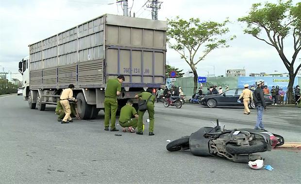 Người phụ nữ chạy xe máy SH chết thảm dưới bánh ô tô tải - Ảnh 2.
