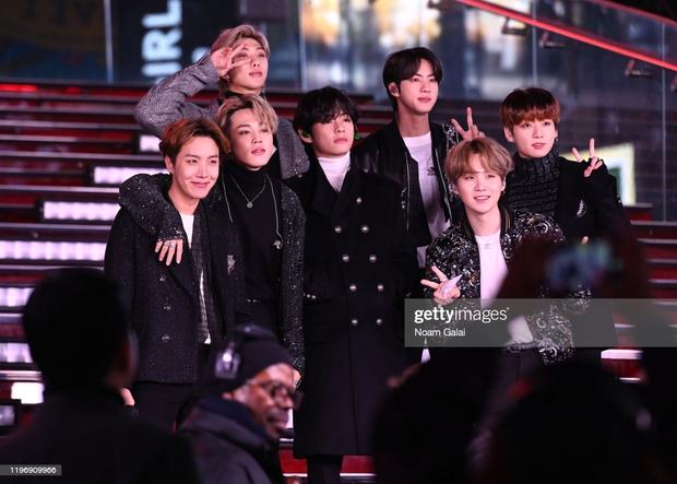 BTS diễn mừng năm mới ở Quảng trường Thời đại (Mỹ) với cát-xê 23 tỷ đồng cho 2 bài, netizen ủng hộ nhiệt tình vì lựa chọn cạch mặt MBC - Ảnh 1.