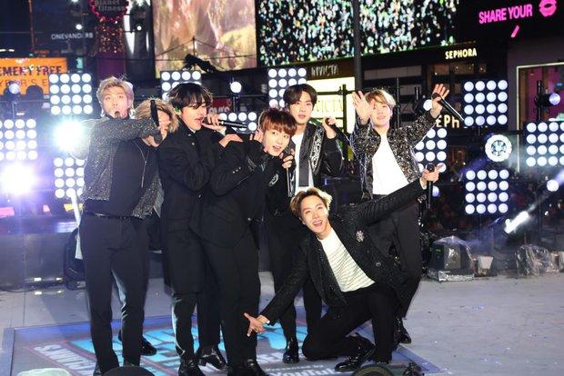 BTS diễn mừng năm mới ở Quảng trường Thời đại (Mỹ) với cát-xê 23 tỷ đồng cho 2 bài, netizen ủng hộ nhiệt tình vì lựa chọn cạch mặt MBC - Ảnh 6.