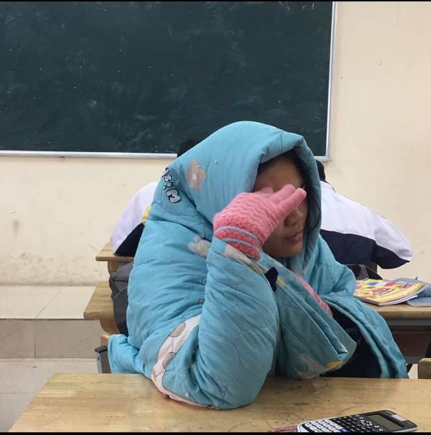 Mùa đông lạnh thấu xương nhưng phải thi học kỳ và 1001 cách giữ ấm bá đạo chỉ có học sinh mới nghĩ ra! - Ảnh 8.