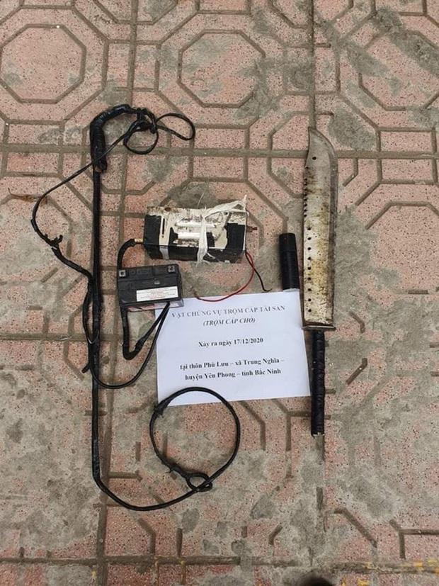 Bắc Ninh: Hai kẻ trộm chó hung hãn, đâm xe máy vào tổ công an khi bị chặn đường vây bắt - Ảnh 3.