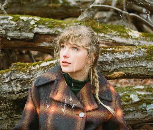 Album evermore thăng hạng #1 Billboard 200 giúp Taylor Swift mang về rổ thành tích nhưng nghía sang doanh số lại phải thở dài - Ảnh 1.