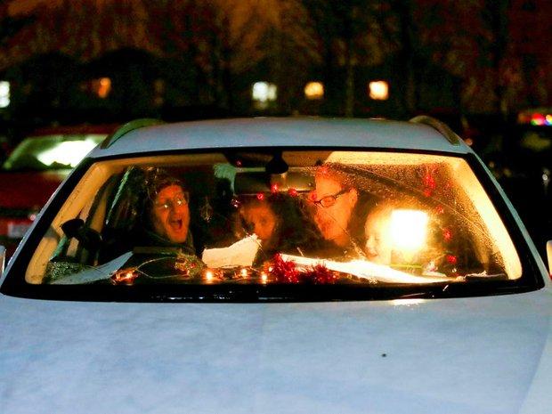 Khi mùa Noel vẫn trùng mùa dịch Covid-19: Nhìn ảnh để thấy thế giới thực sự đang đón một Giáng sinh kỳ lạ nhất từ trước đến nay - Ảnh 11.