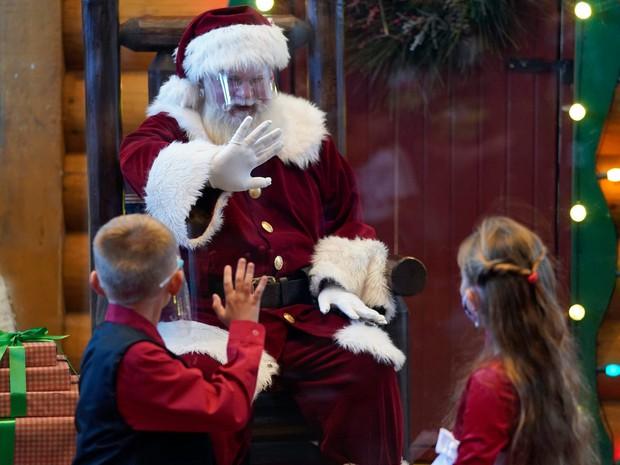 Khi mùa Noel vẫn trùng mùa dịch Covid-19: Nhìn ảnh để thấy thế giới thực sự đang đón một Giáng sinh kỳ lạ nhất từ trước đến nay - Ảnh 6.