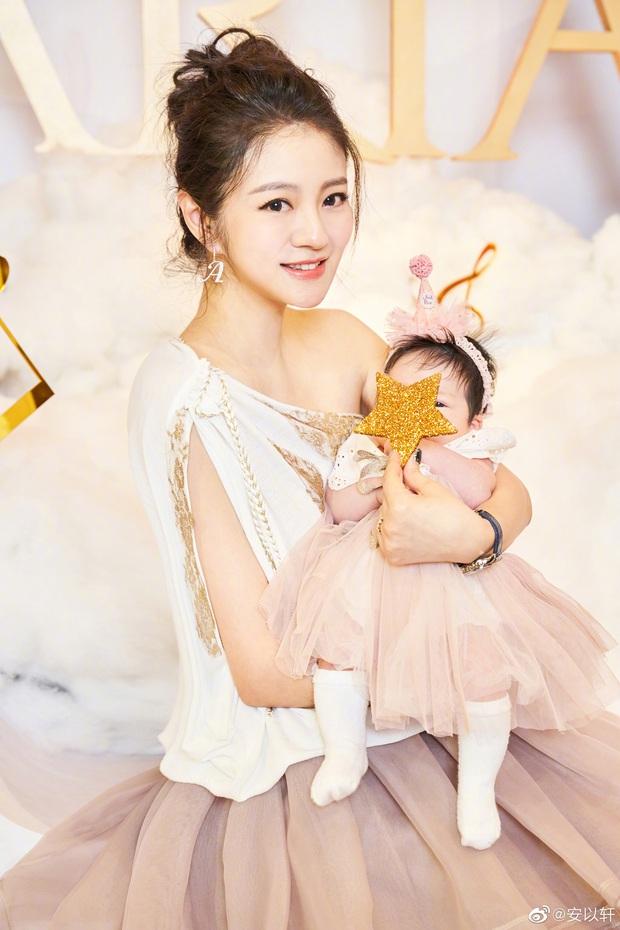 Đệ nhất thiên kim xứ Đài An Dĩ Hiên tổ chức tiệc hoành tráng cho con gái 2 tháng tuổi, khách mời nhận quà cả tỷ đồng - Ảnh 4.