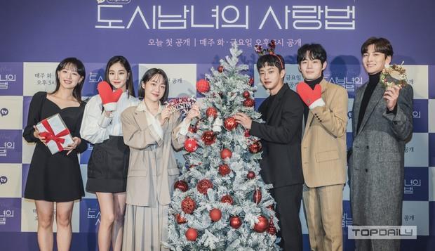 Sự kiện cực hot: Cặp đôi cực phẩm Ji Chang Wook - Kim Ji Won bùng nổ nhan sắc, 2 diễn viên Hậu Duệ Mặt Trời hội ngộ - Ảnh 17.