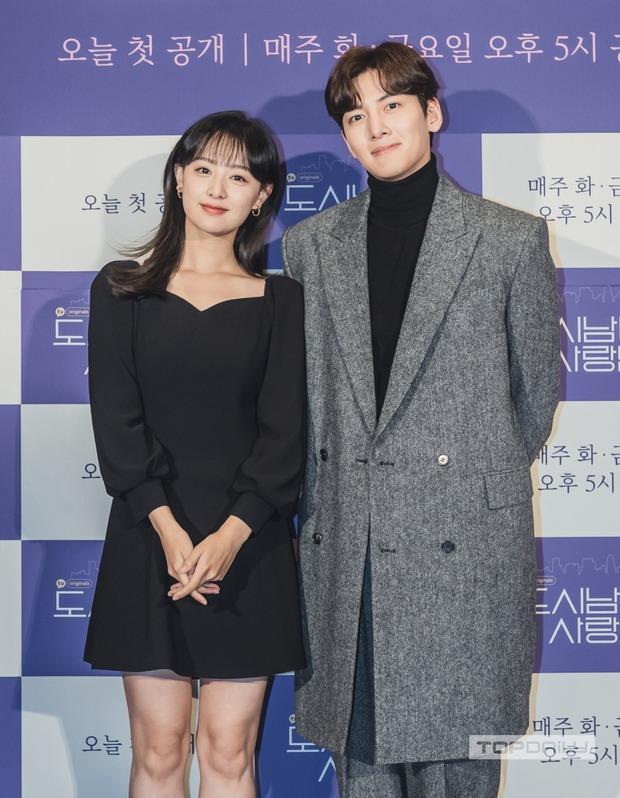 Sự kiện cực hot: Cặp đôi cực phẩm Ji Chang Wook - Kim Ji Won bùng nổ nhan sắc, 2 diễn viên Hậu Duệ Mặt Trời hội ngộ - Ảnh 8.