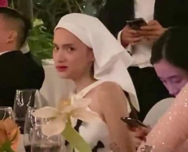 """Vừa khoe ảnh lồng lộn, Hương Giang đã bị """"bóc"""" khoảnh khắc lôi thôi ở bàn tiệc với biểu cảm """"Ôi bị bắt quả tang rồi!"""" - Ảnh 3."""