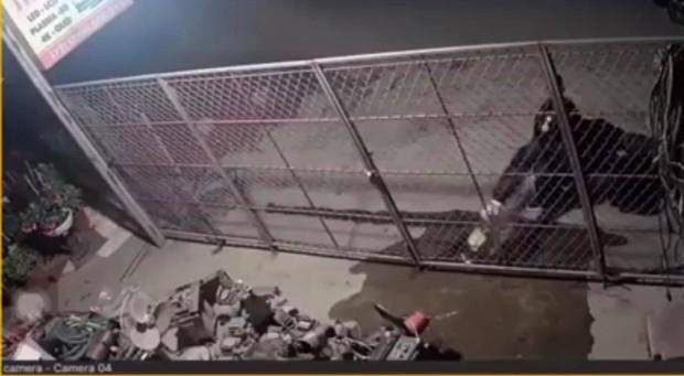 Hưng Yên: Bị hàng xóm tưới xăng đốt nhà trong đêm, người phụ nữ mang thai cùng chồng con may mắn thoát kịp ra ngoài - Ảnh 2.