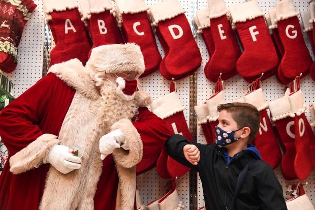 Khi mùa Noel vẫn trùng mùa dịch Covid-19: Nhìn ảnh để thấy thế giới thực sự đang đón một Giáng sinh kỳ lạ nhất từ trước đến nay - Ảnh 7.