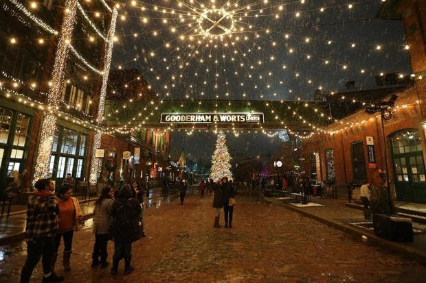 Khi mùa Noel vẫn trùng mùa dịch Covid-19: Nhìn ảnh để thấy thế giới thực sự đang đón một Giáng sinh kỳ lạ nhất từ trước đến nay - Ảnh 15.