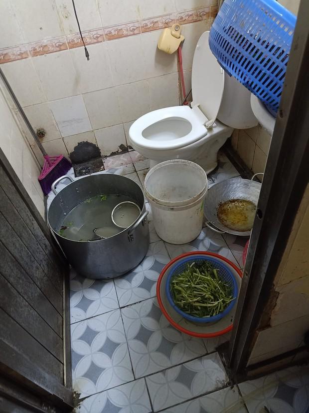Bước vào toilet quán ăn, anh Tây sốc nặng khi chứng kiến cảnh tượng trước mặt, dân mạng Việt vào bình luận: Hãy quen với điều đó đi! - Ảnh 2.