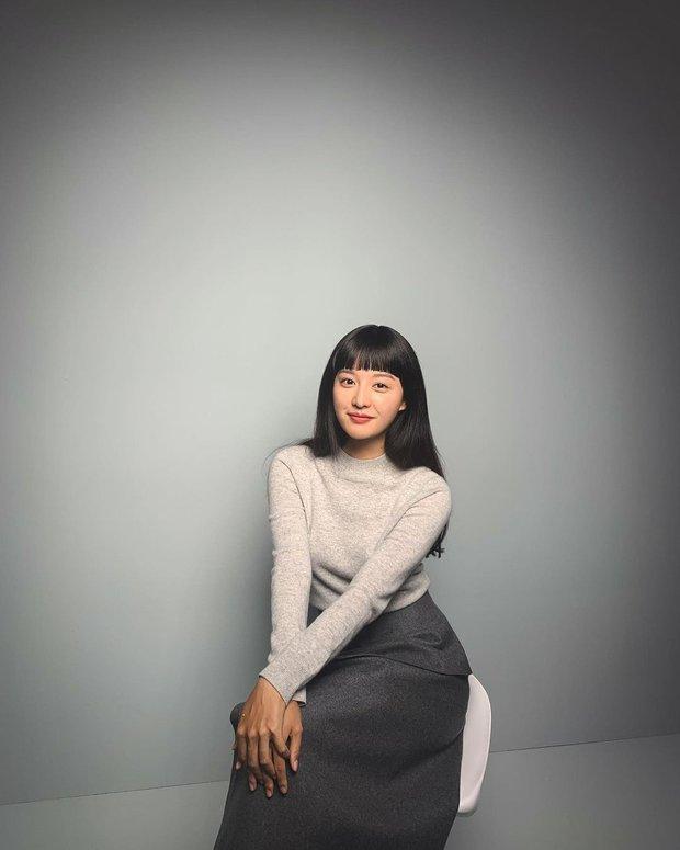 Để lại mái tóc 7 năm trước, nữ thần Người Thừa Kế Kim Ji Won khiến dân tình phát sốt với visual hack tuổi đỉnh cao - Ảnh 3.
