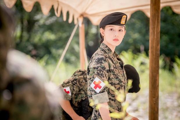 Để lại mái tóc 7 năm trước, nữ thần Người Thừa Kế Kim Ji Won khiến dân tình phát sốt với visual hack tuổi đỉnh cao - Ảnh 9.