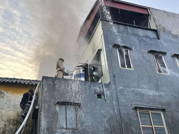 Công an lao vào giải cứu cụ bà 83 tuổi mắc kẹt trong căn nhà bốc cháy dữ dội - Ảnh 1.