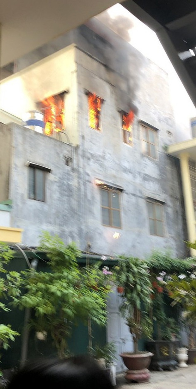 Công an lao vào giải cứu cụ bà 83 tuổi mắc kẹt trong căn nhà bốc cháy dữ dội - Ảnh 2.