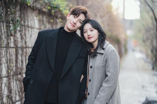 Lovestruck In The City tung ảnh ngọt cấp đường, Ji Chang Wook - Kim Ji Won thực sự có tướng phu thê đó! - Ảnh 1.