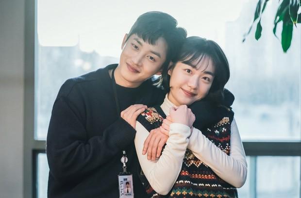 Lovestruck In The City tung ảnh ngọt cấp đường, Ji Chang Wook - Kim Ji Won thực sự có tướng phu thê đó! - Ảnh 2.