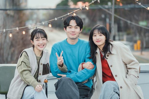 Lovestruck In The City tung ảnh ngọt cấp đường, Ji Chang Wook - Kim Ji Won thực sự có tướng phu thê đó! - Ảnh 4.