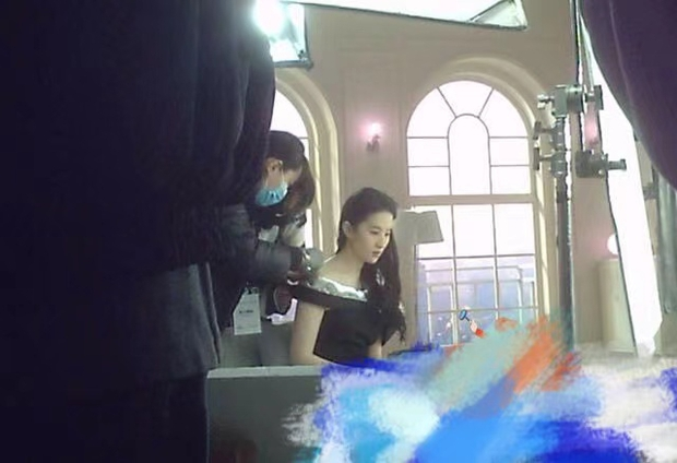 Rộ hình ảnh Lưu Diệc Phi phát hoả, bắt ekip chờ nguôi giận 1 tiếng đồng hồ mới được chụp tiếp - Ảnh 4.