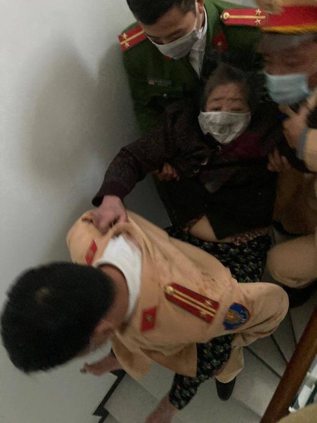 Công an lao vào giải cứu cụ bà 83 tuổi mắc kẹt trong căn nhà bốc cháy dữ dội - Ảnh 4.