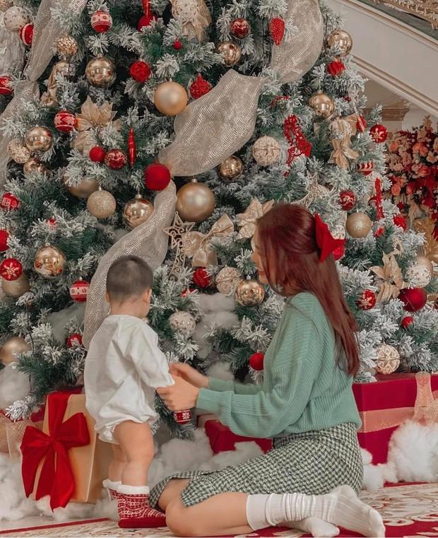 Sao Vbiz đón Noel: Dinh thự nhà Cường Đô La - Lan Khuê lên đồ hoành tráng, Hà Tăng mở tiệc sang, Hoàng Oanh vỡ oà ở Singapore - Ảnh 3.