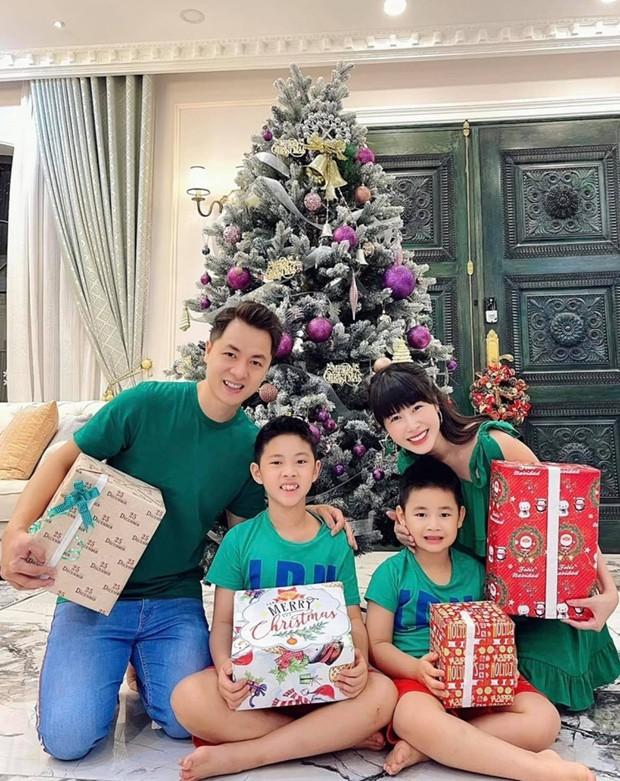 Sao Vbiz đón Noel: Dinh thự nhà Cường Đô La - Lan Khuê lên đồ hoành tráng, Hà Tăng mở tiệc sang, Hoàng Oanh vỡ oà ở Singapore - Ảnh 11.